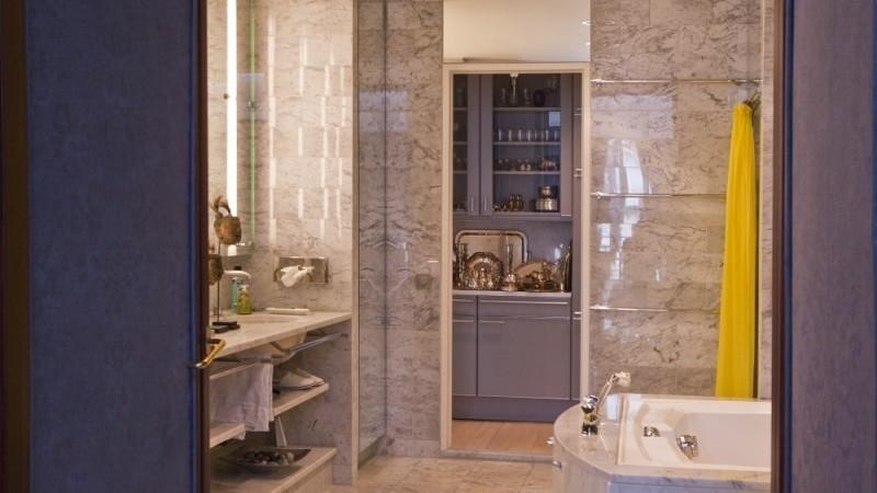 La salle de bain est entièrement recouverte de marbre des carrières de Carrara