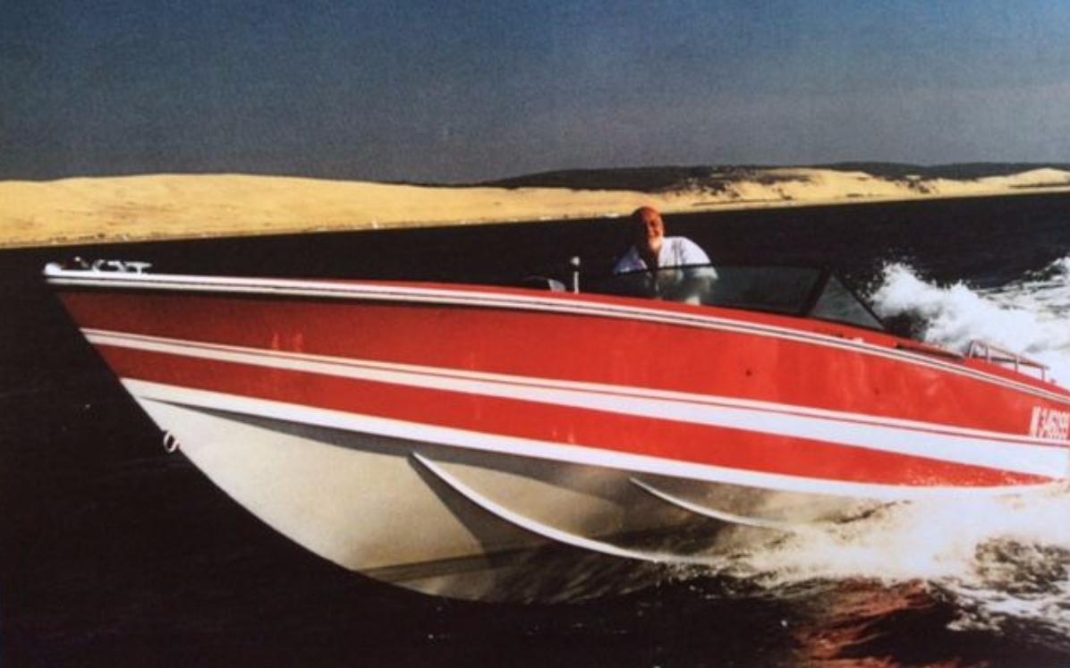 1969 BERTRAM off shore Exemplaire ayant appartenu à JOHNNY HALLYDAY Long : 8.78 m Moteurs : Mercruiser - 2 V8 5,5 Litre à carburateur  260 ch. (2000) 2 embrasses Bravo 1helices Inox. Estimation: 20 000/25 000 €