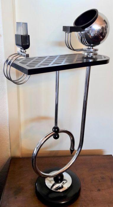 Milieu 20e siècle, table fumoir Art Déco en bakelite - Adjugée pour 162 € chez Catawiki