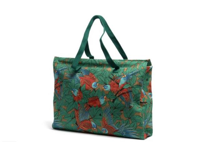 Väska i bomullscanvas med exotiskt djungelmotiv med papegojor. 31 X 44 cm.