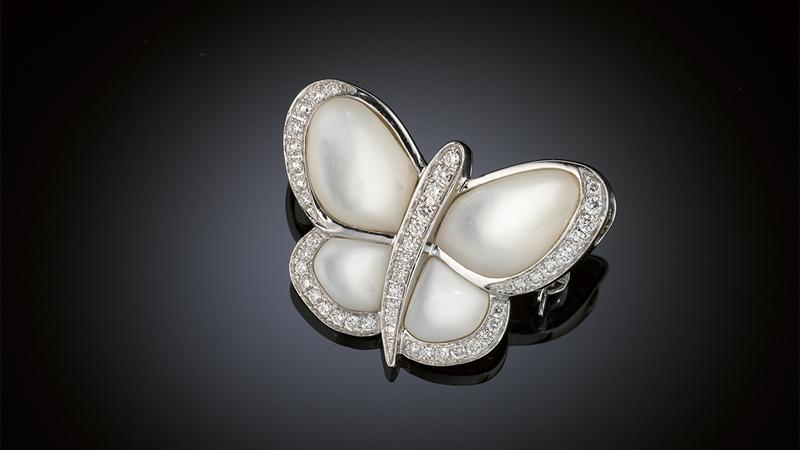 Brosch/ hänge 18 kt vitguld i form av en fjäril med pärlemor och små briljanter 0.35 ct, enligt gravyr.